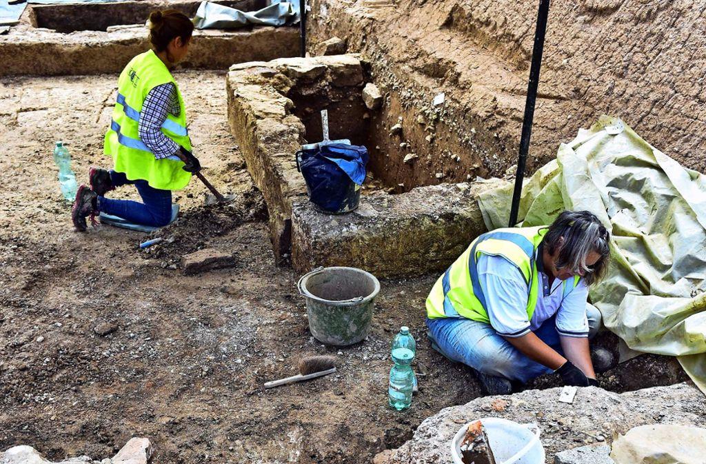 Grabungsarbeiterinnen legen die Mauerreste frei. Foto: Lichtgut/Max Kovalenko