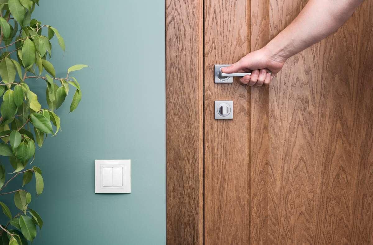 In diesem Ratgeber zeigen wir Ihnen die 4 hilfreichsten Methoden, wie sich laute Türen leise schließen lassen. Foto: Dmitry Bakulov / Shutterstock.com