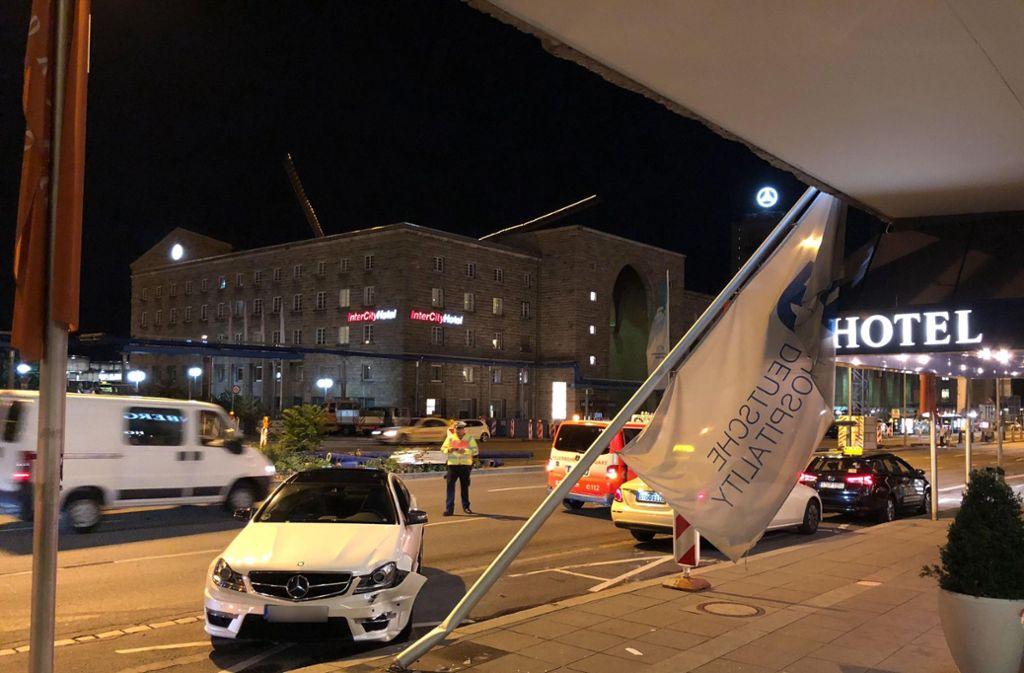Der Mast knickte nach dem Aufprall um und beschädigte ein Fenster und den Schriftzug des Stuttgarter Hotels auf der Hausfassade. Foto: 7aktuell.de/Alexander Hald