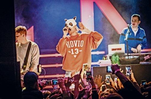 Väter, die auf einen Panda starren