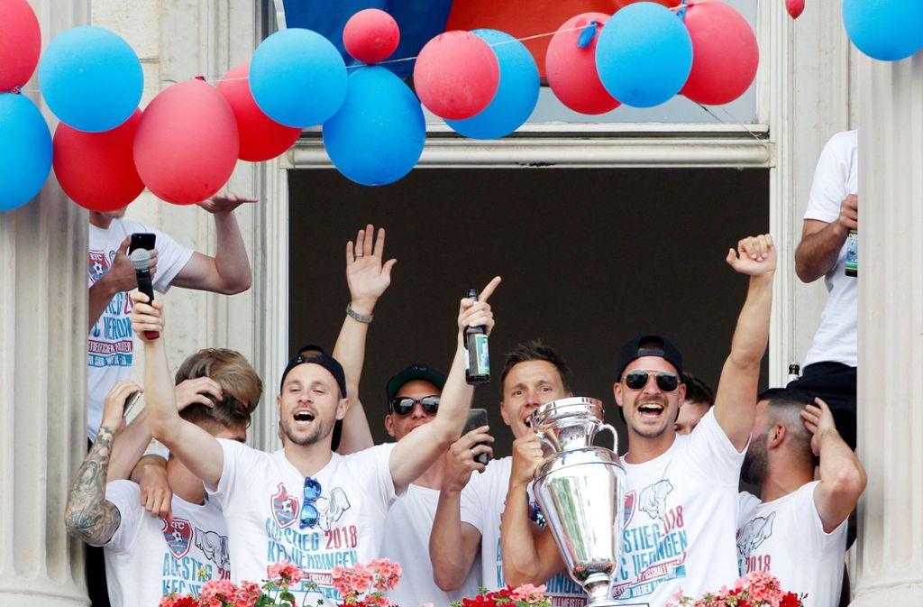 Die Spieler vom KFC Uerdingen können nun endgültig die Sektflaschen aufmachen. Sie spielen in der kommenden Saison in der dritten Liga. Foto: dpa