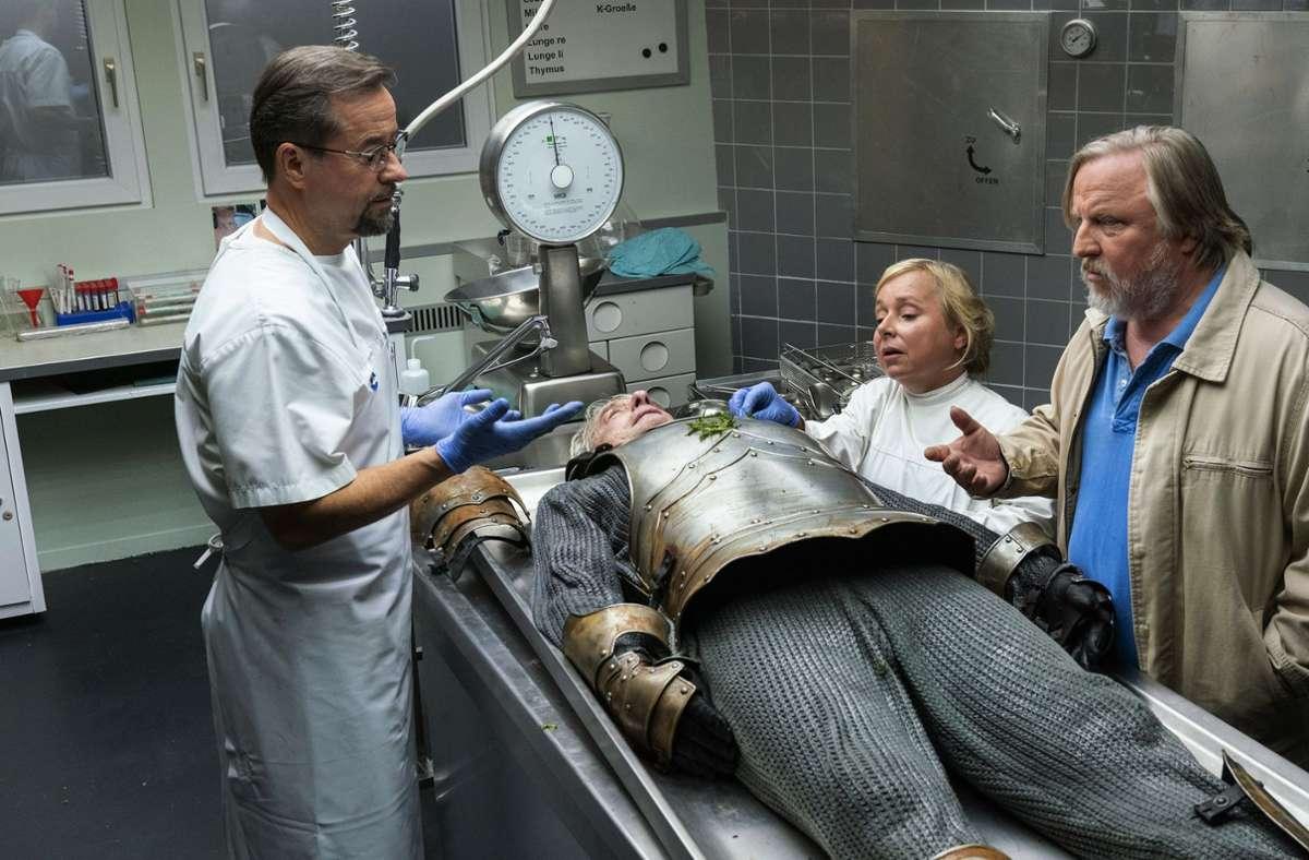 Der Ermittler in Münster bekommen es mit einer Leiche in Ritterrüstung zu tun. Foto: WDR/Thomas Kost