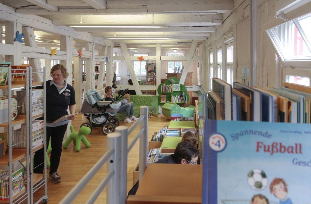 Die Stadtbibliothek  wird   laut Stefanie Schütte (links) gut angenommen. Foto: factum/Bach