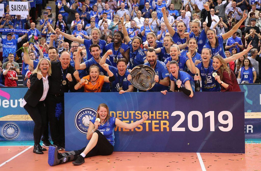 Ausgelassener Jubel: Stuttgarts Volleyballerinnen feiern den deutschen Meistertitel. Foto: Baumann