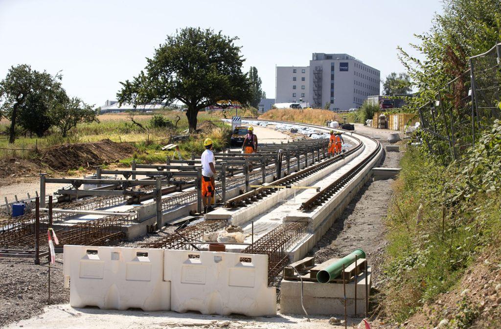 Östlich der Esslinger Straße in Echterdingen sind bereits 1,1 Kilometer Schienen und Gleise fertig gebaut. Insgesamt ist die Neubaustrecke gut drei Kilometer lang. Foto: Pressefoto Horst Rudel