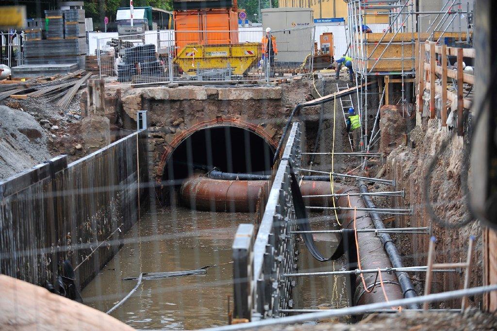 Da fließt er, der Stuttgarter Nesenbach! Durch ein dickes Rohr mitten durch die Baustelle, auf der das Dorotheenquartier entstehen soll. Foto: www.7aktuell.de | Florian Gerlach