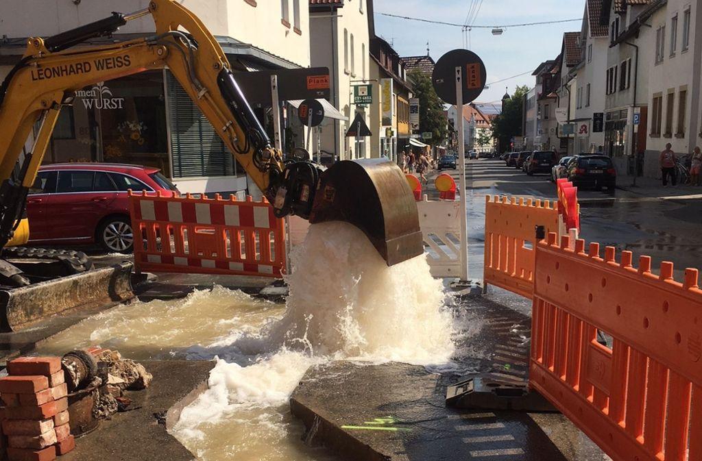 Land unter an der Filderbahnstraße: Ein Bagger hat am Montag einen Hydranten beschädigt. Foto: privat
