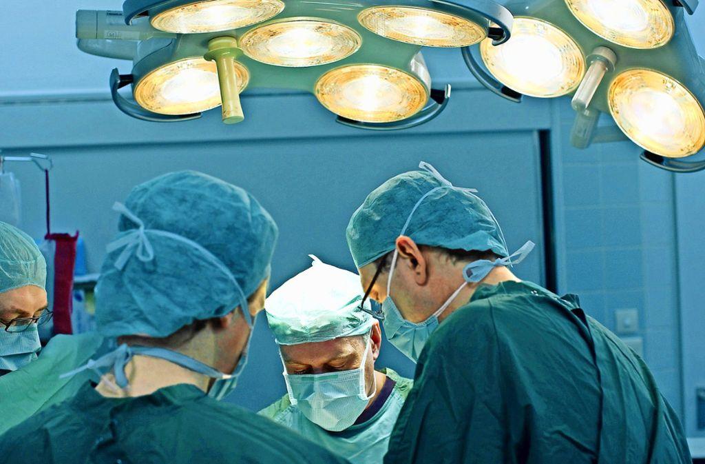 Nicht nur  für operierende Ärzte gilt: Sie sollten ihre Arbeit nicht übermüdet  ableisten müssen. Foto: dpa