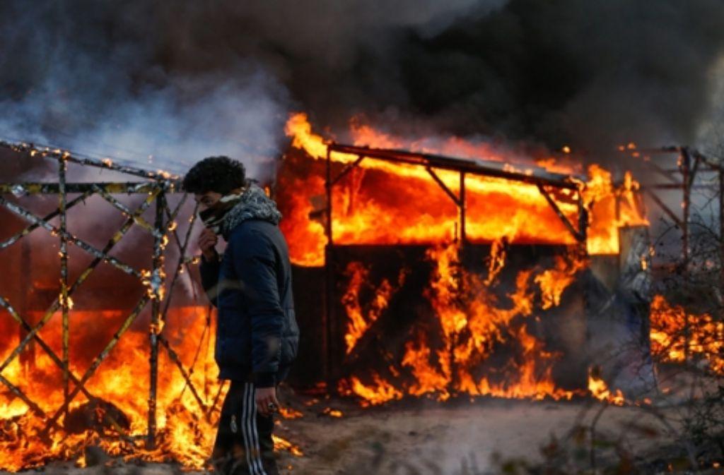 Die Flüchtlinge selbst haben wohl ihre ehemaligen Unterkünfte in Brand gesetzt. Foto: dpa