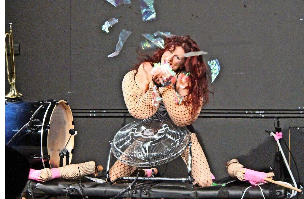 Der Lohn geht an andere:  Performance von Teresa Grebtschenko Foto: Sabine Schwieder