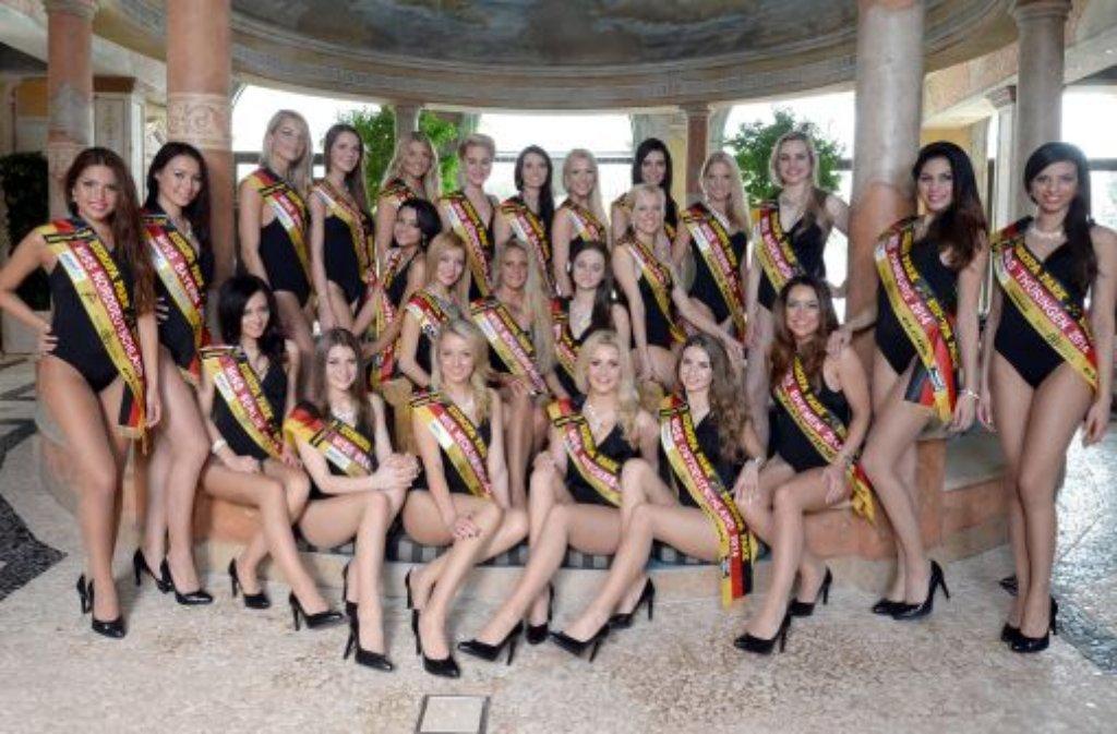 Noch herrscht Teamgeist, doch nur eine kann gewinnen: Die 24 Kandidatinnen zur Wahl der Miss Germany posieren zum Gruppenfoto im Europa-Park in Rust. Foto: dpa
