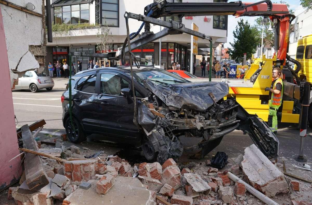 In Eislingen ist ein 31-Jähriger mit seinem Wagen gegen eine Hauswand gedonnert. Foto: SDMG/SDMG / Woelfl
