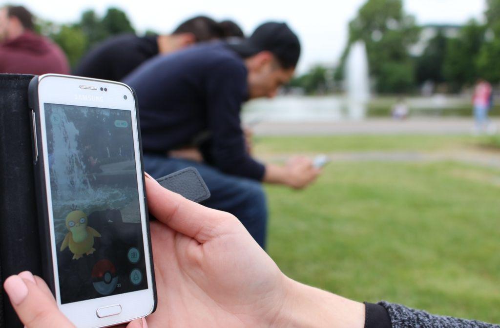 Auf Pokémonjagd im Stuttgarter Schlossgarten: Die ganze Stadt scheint im Fieber zu sein. Foto: Spanhel