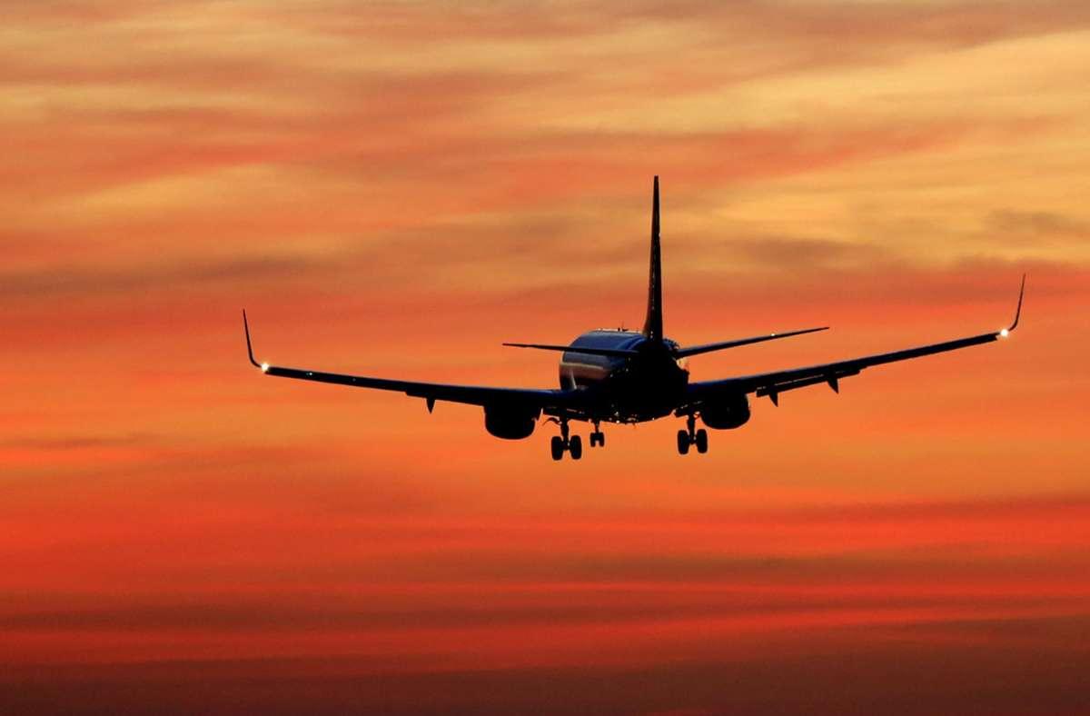 Ein Flugbegleiter habe beobachtet, wie der Mann im Flugzeug kurz vorm Aussteigen die Kleidung wechselteund habe daraufhin die Flughafenbehörde alarmiert (Symbolbild). Foto: dpa/Marcel Kusch