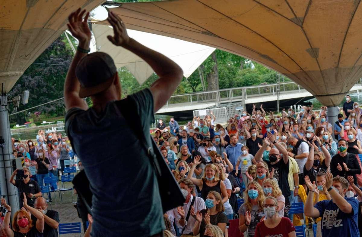 """Die Band """"Miljö"""" steht beim Konzert """"Sommer im Garten"""" am Kölner Tanzbrunnen auf der Bühne. Wann gibt es weitere Lockerungen für Großveranstaltungen? Foto: dpa/Henning Kaiser"""