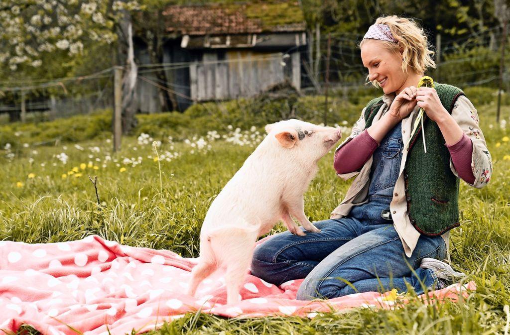 Bringt das Schweinchen Glück? Rosalie Thomass in bayerischer Idylle Foto: Verleih