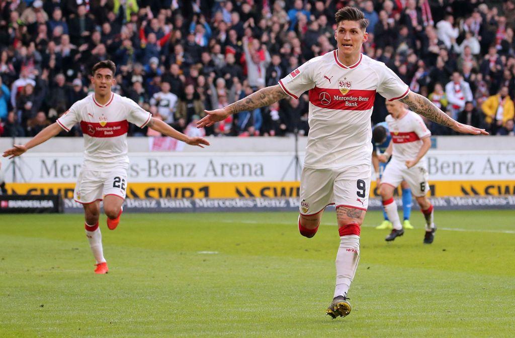 Steven Zuber vom VfB Stuttgart dreht jubelnd Richtung Hoffenheimer Fans ab. Das kam dort gar nicht gut an. Foto: Baumann