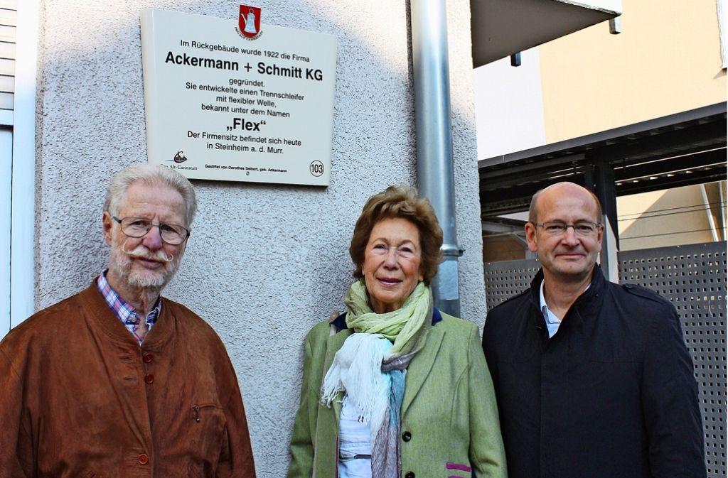 Hans Betsch (li.), Dorothee Seibert und Andreas Ditsche vor der neuen Tafel. Mit einem Winkelschleifer, einer Flex,  kann man Metall schneiden. Foto: R. Stahlberg
