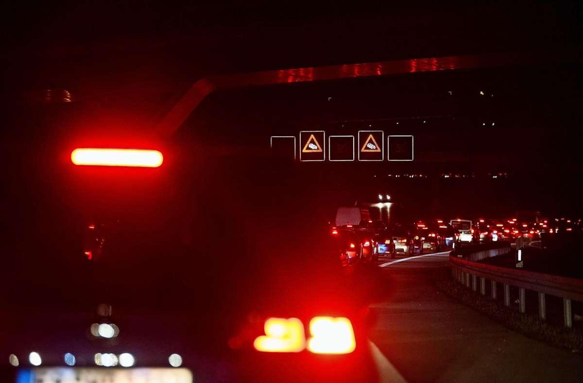 Stau auf der B27 – kein ungewöhnliches Bild. Um die Leistungsfähigkeit der Straße zu erhöhen, soll sie von vier auf sechs Fahrspuren ausgebaut werden. Foto: dpa/Marijan Murat