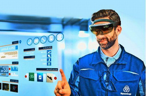 Über die Augmented-Reality-Brille können  Arbeitsschritte direkt auf das Kopfdisplay des Arbeiters eingeblendet werden Foto: thyssenkrupp Elevator AG