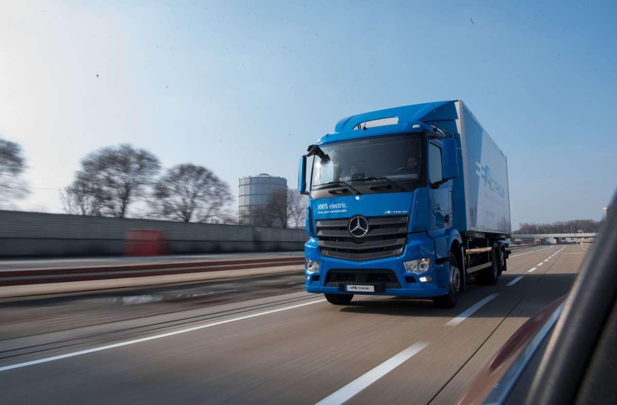 Ein Elektro-Lastwagen eActros von Mercedes-Benz fährt auf der Daimler-Teststrecke. Noch in diesem Jahr soll er in Serie produziert werden. (Archivbild) Foto: dpa/Marijan Murat