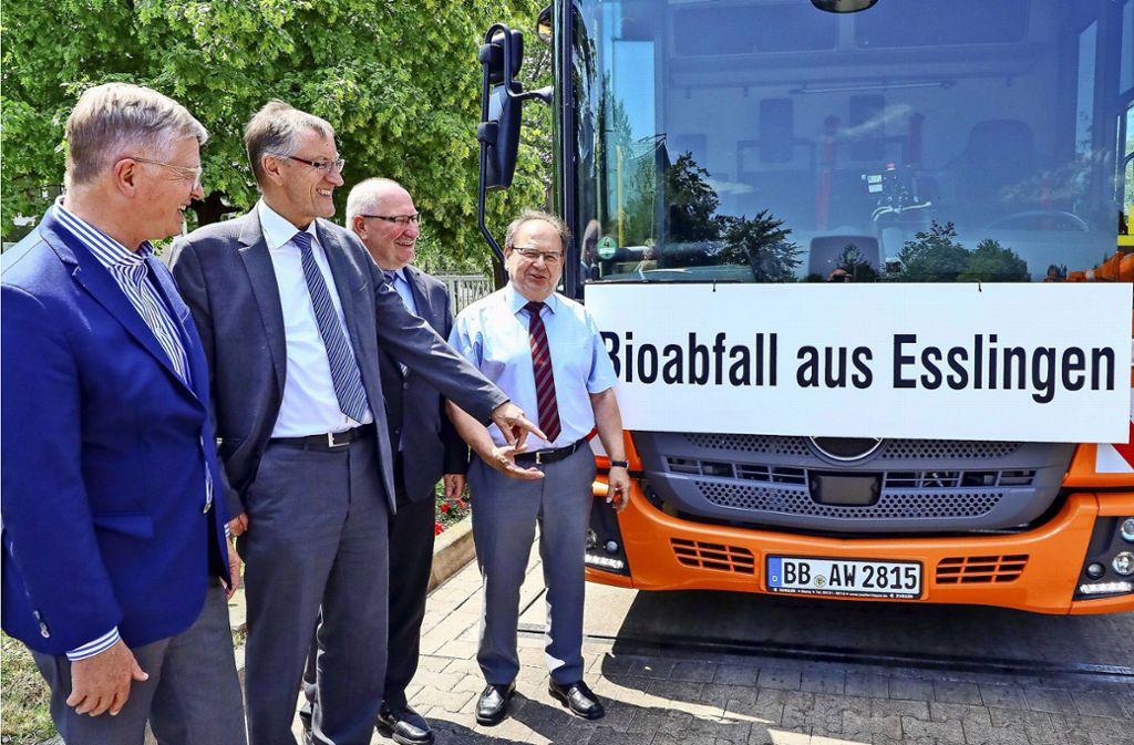 Die Landräte Heinz Eininger und Roland Bernhard sowie die Abfallchefs Manfred Kopp und Wolfgang Bagin (v. li.) vor der Vergärungsanlage Leonberg. Foto: factum/