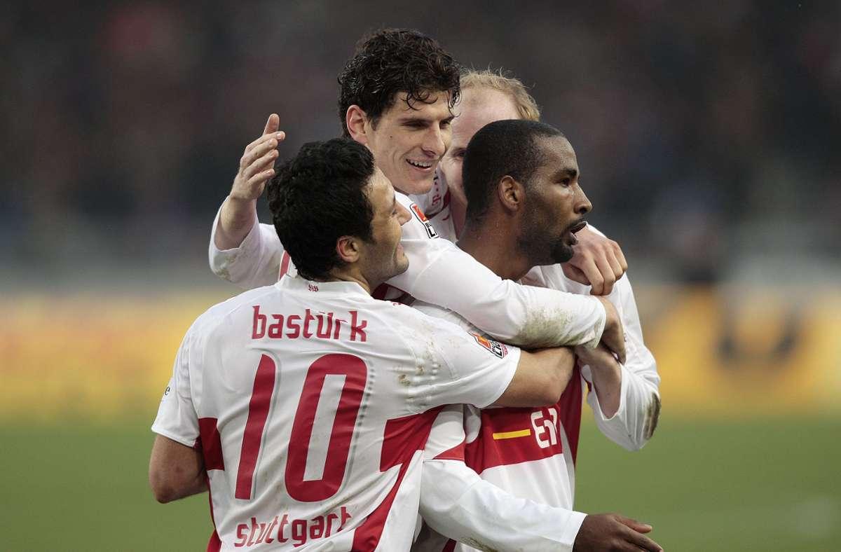 Geballter Jubel: Yildiray Bastürk, Mario Gomez, Ludovic Magnin und Cacau freuen sich über die Tore des VfB Stuttgart gegen Werder Bremen. Foto: Baumann