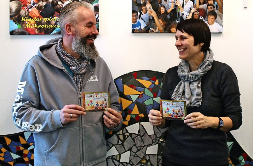Andreas Bernhard  und Brigitte Reiser bereiten die Kunstaktion vor. Foto: Sabine Schwieder