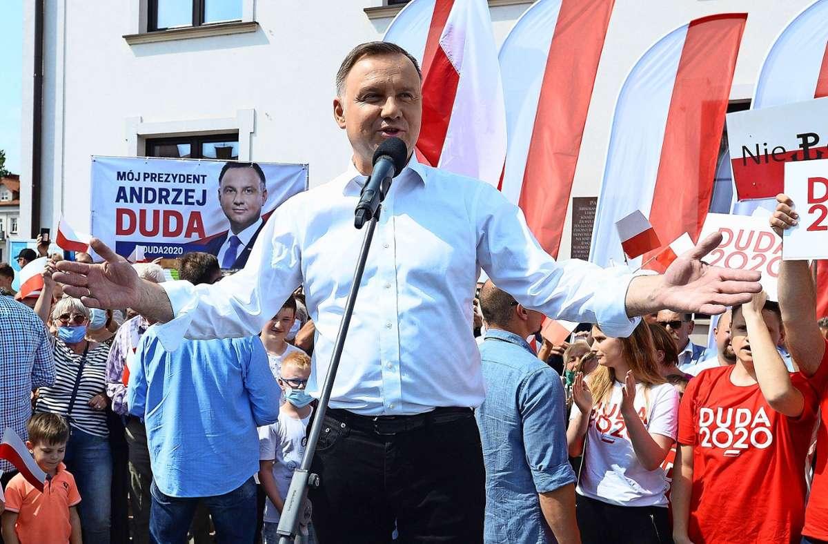 Andrzej Duda (M), Präsident von Polen, spricht bei einer Wahlkampfveranstaltung. Foto: dpa/Czarek Sokolowski