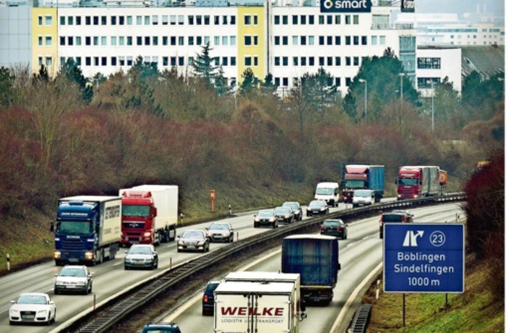 Auf der zweispurigen Fernstraße sind täglich insgesamt rund 120000 Verkehrsteilnehmer unterwegs. Da genügen Kleinigkeiten und schon bilden sich lange Staus. Foto: factum/Weise