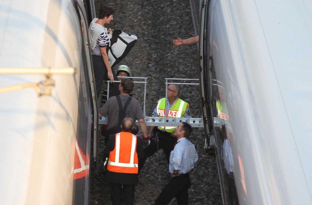 Die Passagiere mussten umsteigen.  Foto: 7aktuell/Eyb
