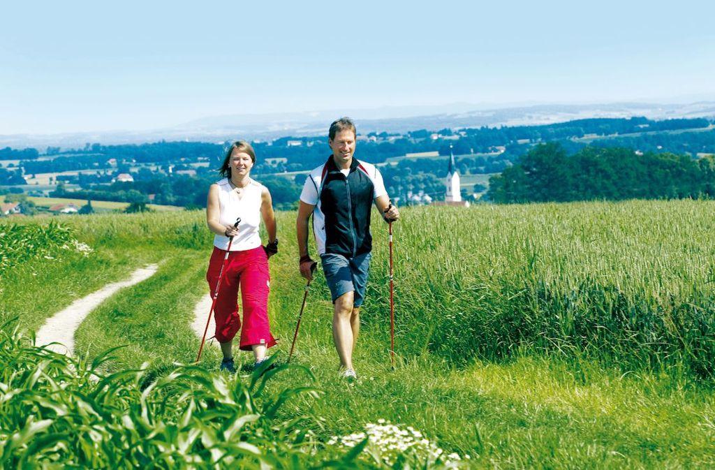 Nordic Walken in Bad Griesbach: Einfach Drauflosmarschieren und die idyllische Landschaft genießen.  Foto: Gäste- und Kurservice Bad Griesbach im Rottal
