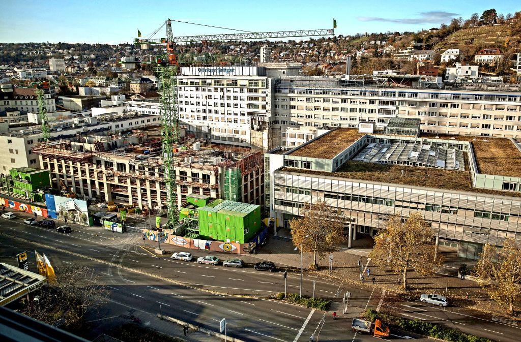 Neuordnung innen und außen:  am Katharinenhospital an der Kriegsbergstraße wächst der nächste Neubau des Klinikums in die Höhe. Foto: Lichtgut/Leif Piechowski