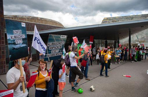 Klimaaktivisten zeigen Armin Laschet die rote Karte