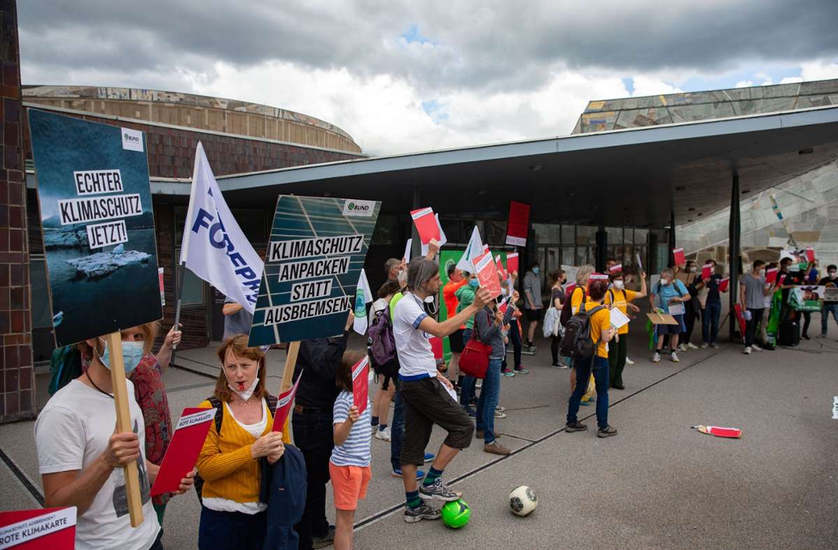 Pfeifen und trommeln für mehr Klimaschutz: Demonstranten warten vor der Liederhalle auf die Ankunft von Armin Laschet. Foto: LICHTGUT/Leif Piechowski/Leif Piechowski