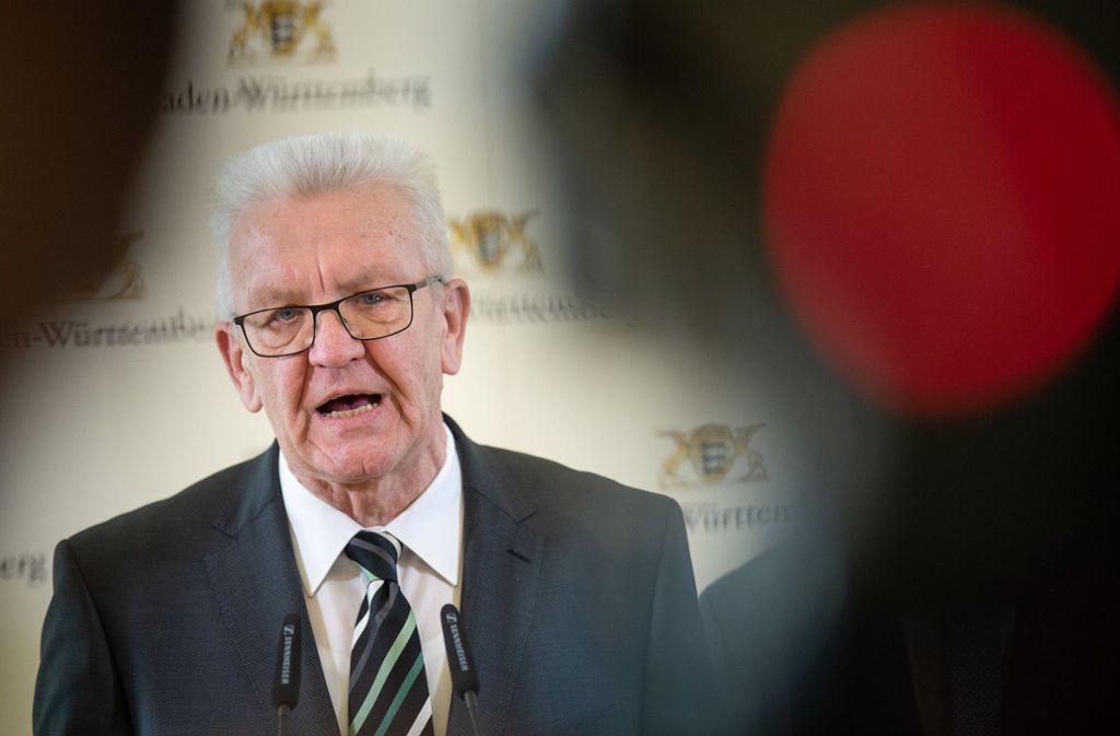 "Ministerpräsident Winfried Kretschmann – hier ein Archivbild – sieht Baden-Württemberg noch am Anfang der Corona-Krise: ""Es gilt weiterhin Alarmstufe rot."" Foto: dpa/Sebastian Gollnow"
