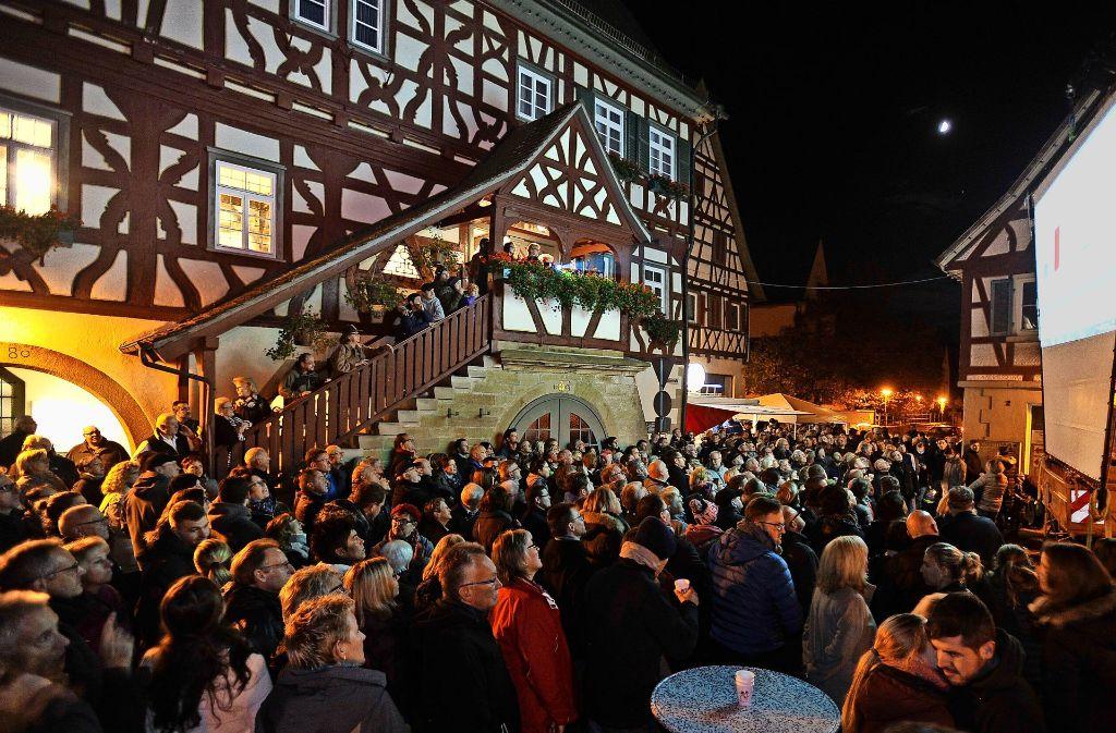 Interessierte  Steinheimer am Wahlabend: am Marktplatz bekommen sie  die Auszählungsergebnisse auf  Leinwand gezeigt. Foto: Kuhnle
