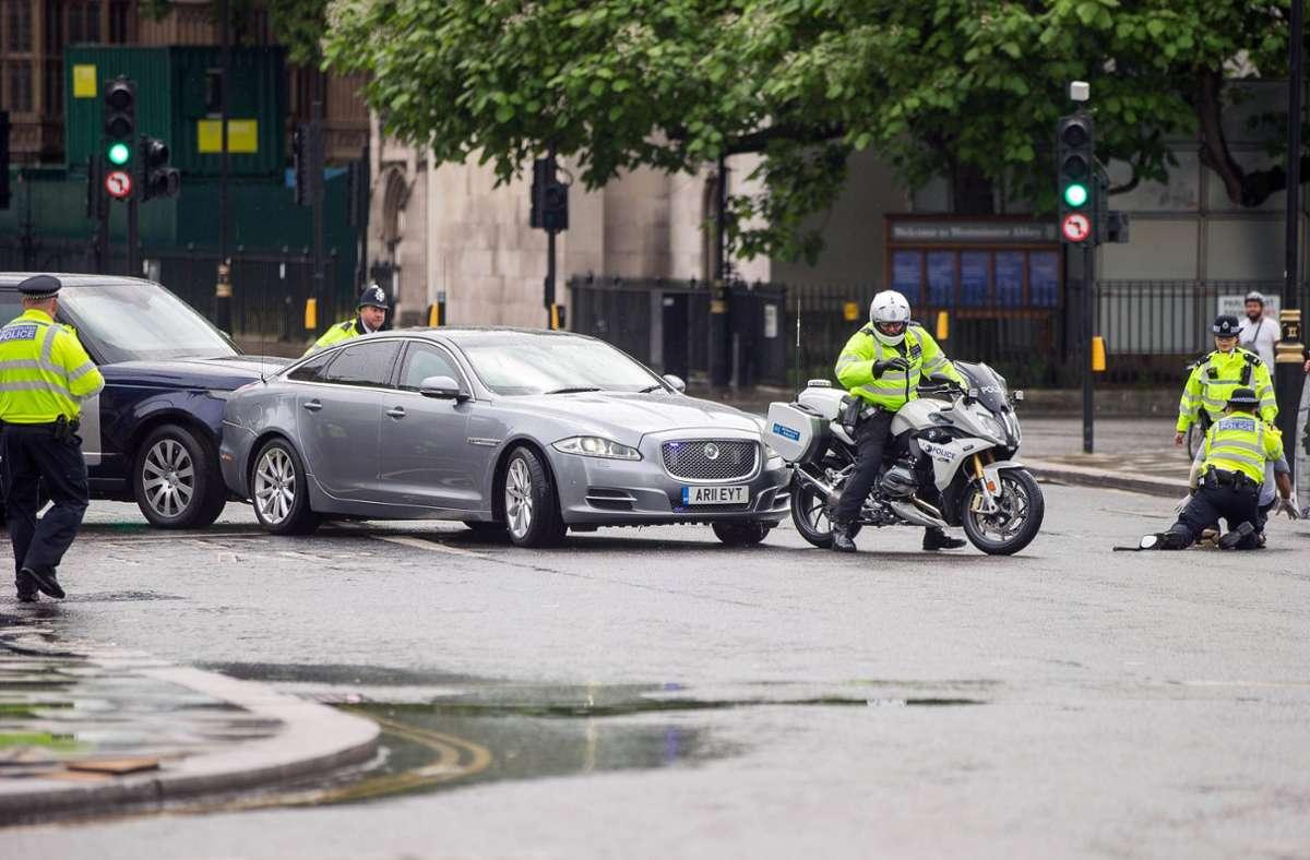 Vor dem Parlament kommt es zu einem Auffahrunfall, weil eine Person auf die Straße rennt. Verletzt wird niemand. Foto: imago images/Martyn Wheatley / i-Images
