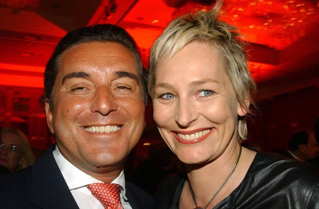 Die TV-Moderatorin Bärbel Schäfer (rechts) mit ihrem Ehemann, dem streitbaren Journalisten Michel Friedmann. Das Foto stammt aus dem Jahr 2004. Foto: dpa