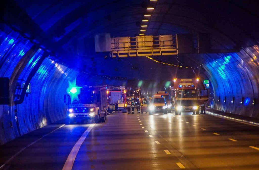 Defekte Feuerlöscher sind wohl der Grund für drei Fehlalarme im Engelbergtunnel. Die Feuerwehr rückte drei Mal nachts aus. Foto: SDMG