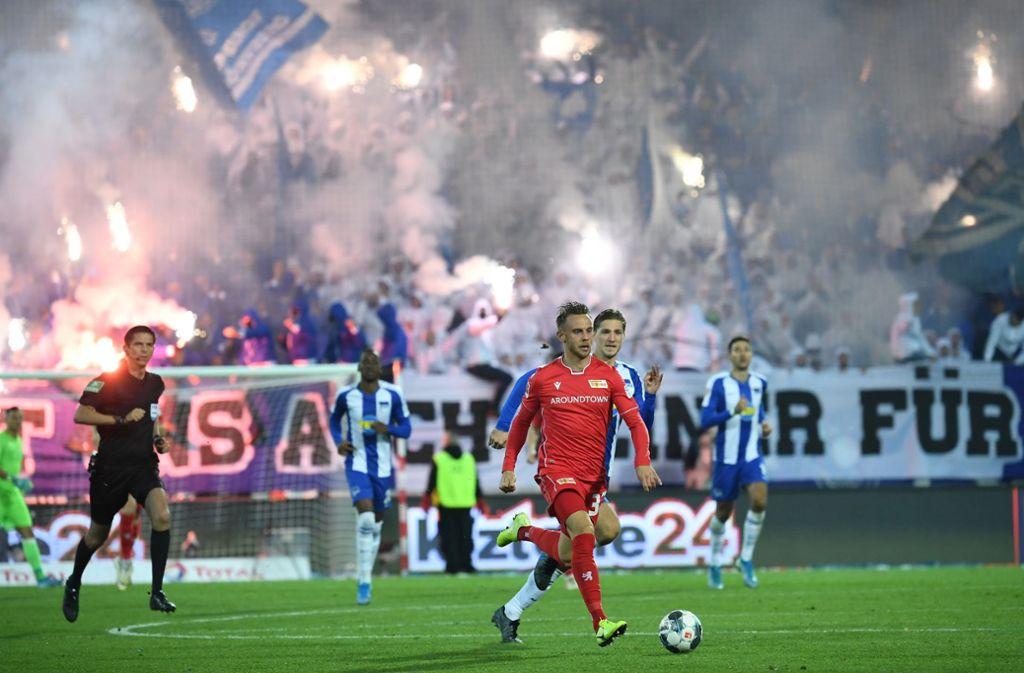 Pyrotechnik hat das Berliner Derby zeitweise an Rand des Spielabbruchs geraten lassen. Foto: dpa/Britta Pedersen