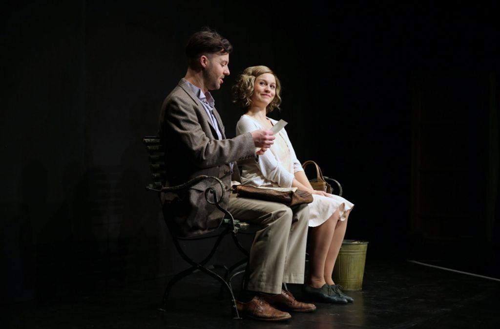 Agnes Pollinger (Natascha Kuch) flirtet mit Eugen Reithofer (Christian Werner). Foto: Laura Kifferle