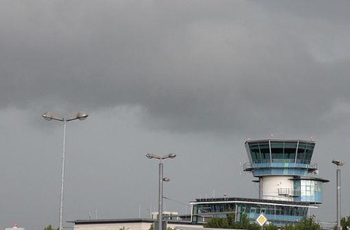 Gewitter setzt Passagiere in Flugzeugen fest