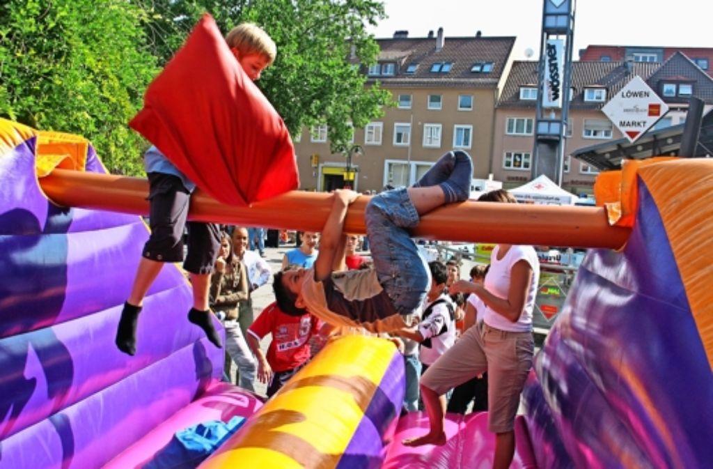 Statt eines Bungee-Runs wie in den vergangenen Jahren sind heuer ein Riesen-Tischkicker und eine Hüpfburg die Attraktionen des Kinderfests auf dem Löwen-Markt. Foto: