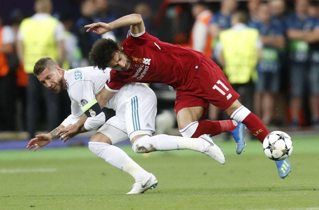 Das Foul von Sergio Ramos (links) an Mohamed Salah erhitzt weiter die Gemüter. Foto: AP