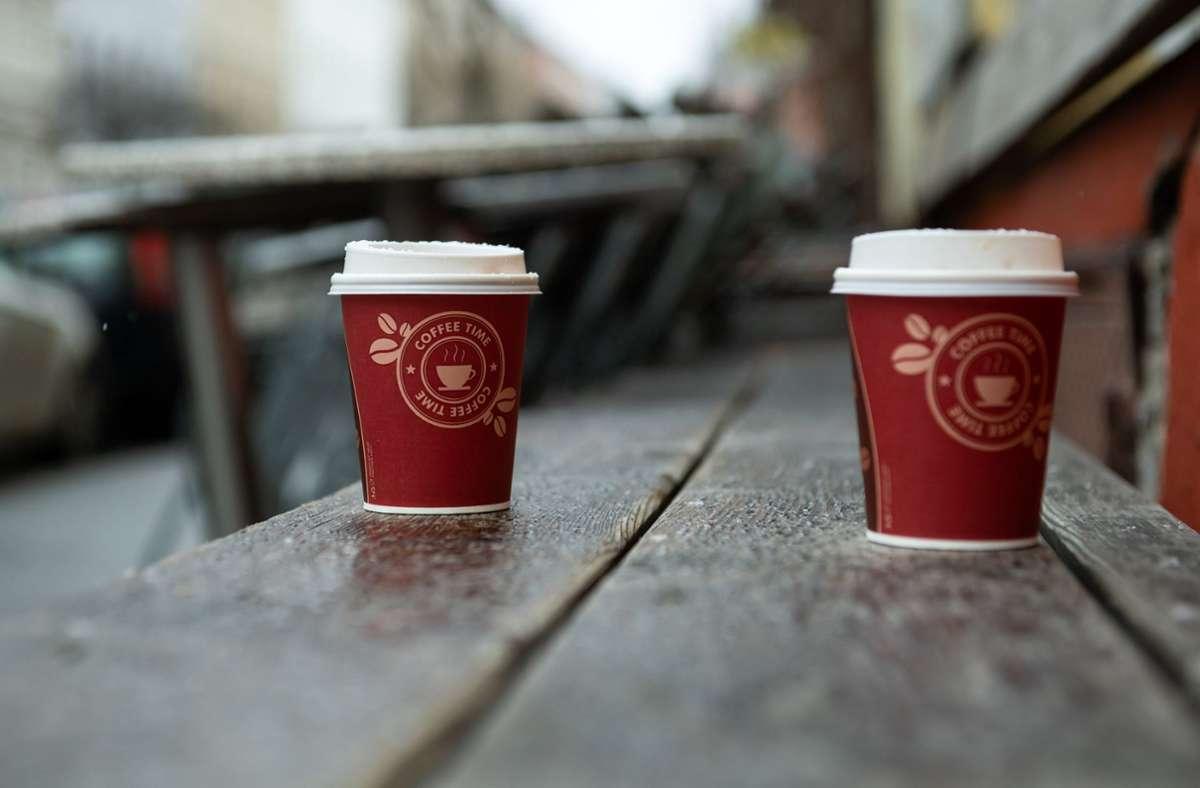 Kaffeebecher aus Kunststoff und Pappe gelten als Symbol der Wegwerfgesellschaft. In Zeiten des Corona-Lockdowns sind viele Cafébetreiber allerdings  zwingend auf die Behälter angewiesen – andernfalls würden sie überhaupt keine Umsätze erzielen. Foto: dpa/Bernd von Jutrczenka