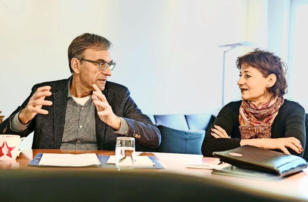 Sozialbürgermeister Werner Wölfe und Carola Hägele, Leiterin des Gebrüder Schmid Zentrums in  Heslach Foto: Lichtgut/Leif Piechowski