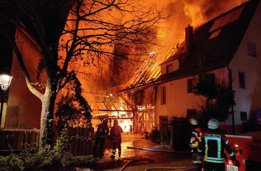 Großbrand im Merklinger Ortskern hält Einsatzkräfte in Atem