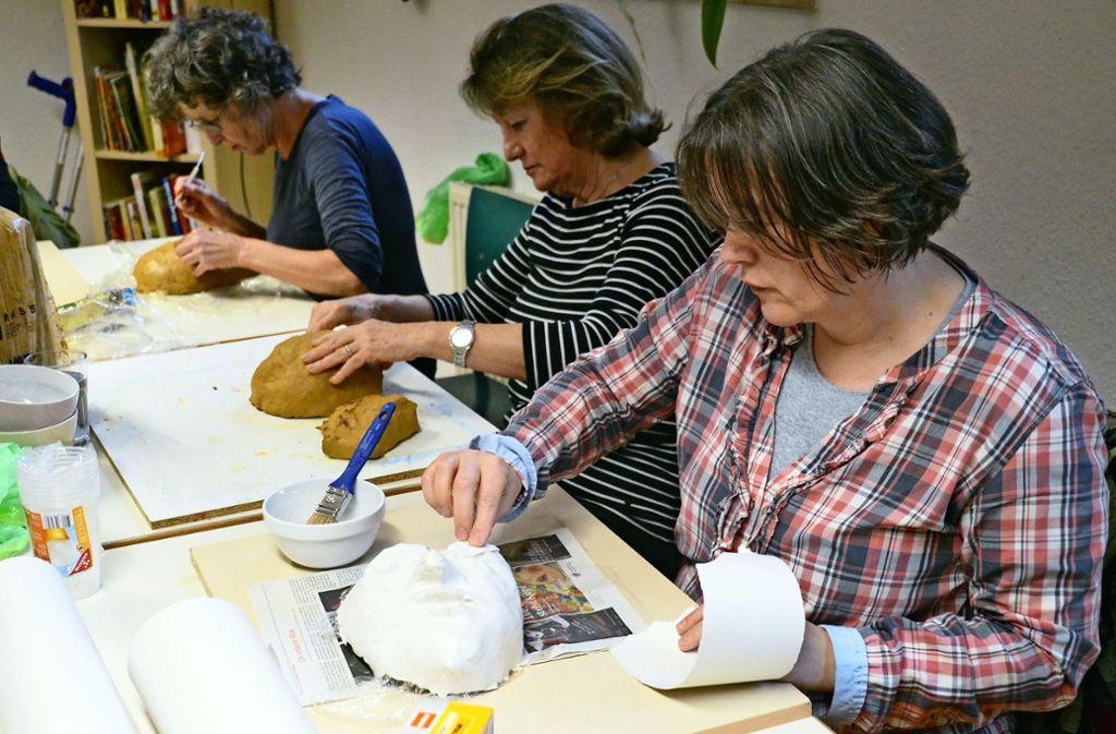 Im Werkraum des Gemeindepsychiatrischen Zentrums formen und gestalten die Teilnehmer Masken. Foto: Sandra Hintermayr