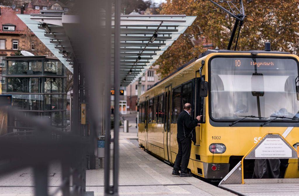 Die Zahnradbahn steht an der Station am Stuttgarter Marienplatz. Die Bahn der Linie 10 war in Degerloch in einen Unfall verwickelt. (Symbolbild) Foto: Lichtgut/Max Kovalenko